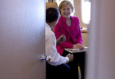 President Barack Obama is seen speaking with U.S. Secretary of State Hillary Rodham Clinton aboard Air Force One, on their way to Strasbourg, France, April 3, 2009. Pilt: Pete Souza