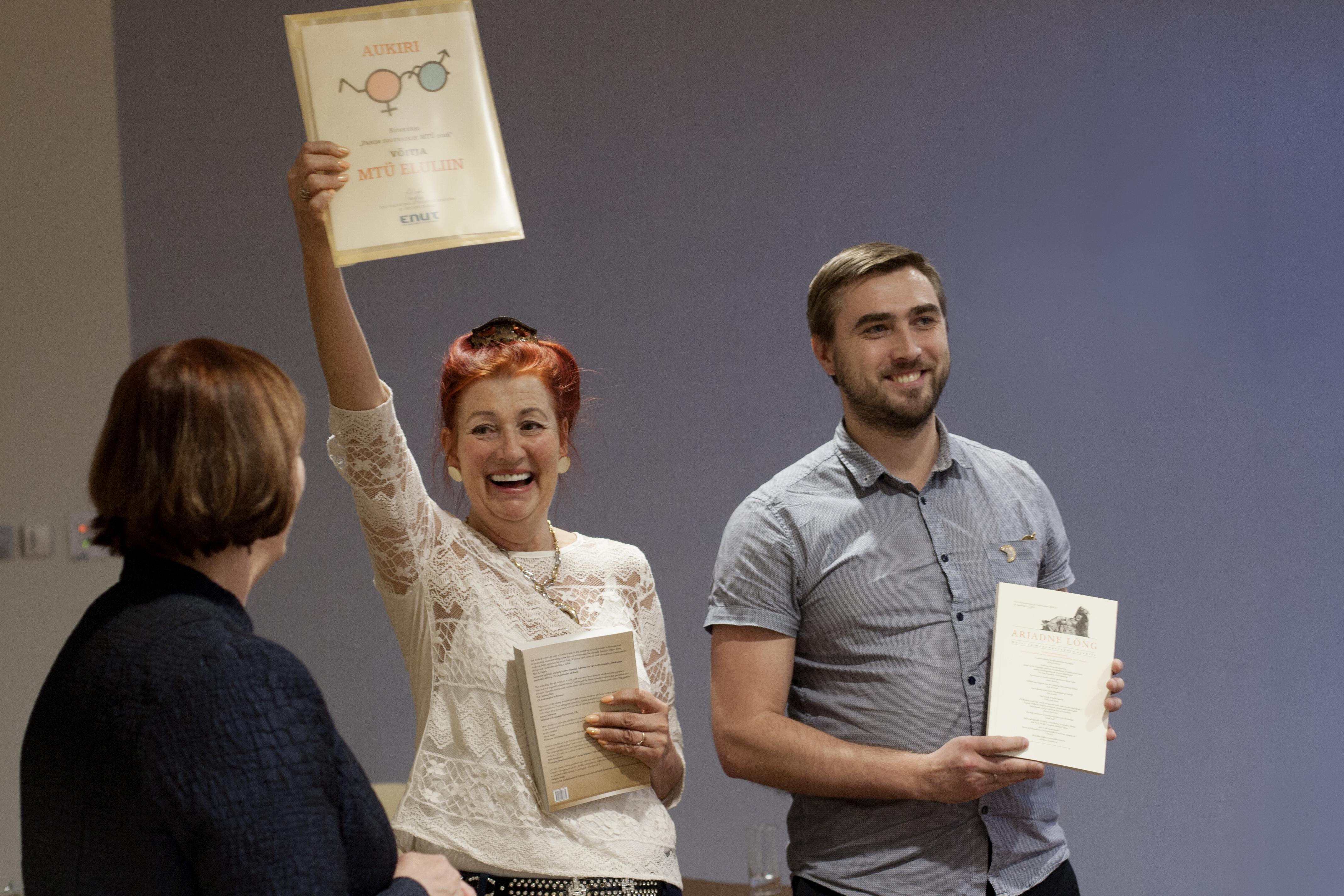 MTÜ Eluliini esindajad Pille Kaljurand ja Roman Krõlov ENUT kevadkonverentsil 2016 auhindamisel