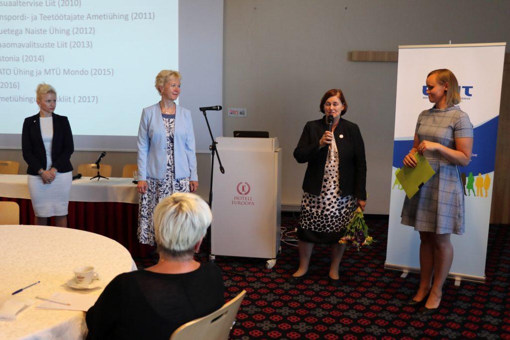 Auhinna üleandmine BPW Estoniale ENUT kevadkonverentsil 13. juunil 2013. Pildil vasakult: Angela Ventsel ja Anu Viks BPW Estonia juhatusest, ENUTi juhatuse esinaine Reet Laja (mikrofoniga) ning Eesti Vabaühenduste Liidu juhataja Kai Klandorf, kes hoiab käes aukirja BPW-le.